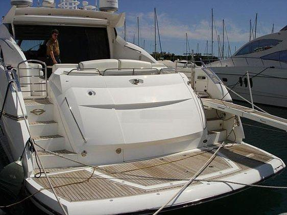 man - SUNSEEKER PREDATOR 72 HARD TOP